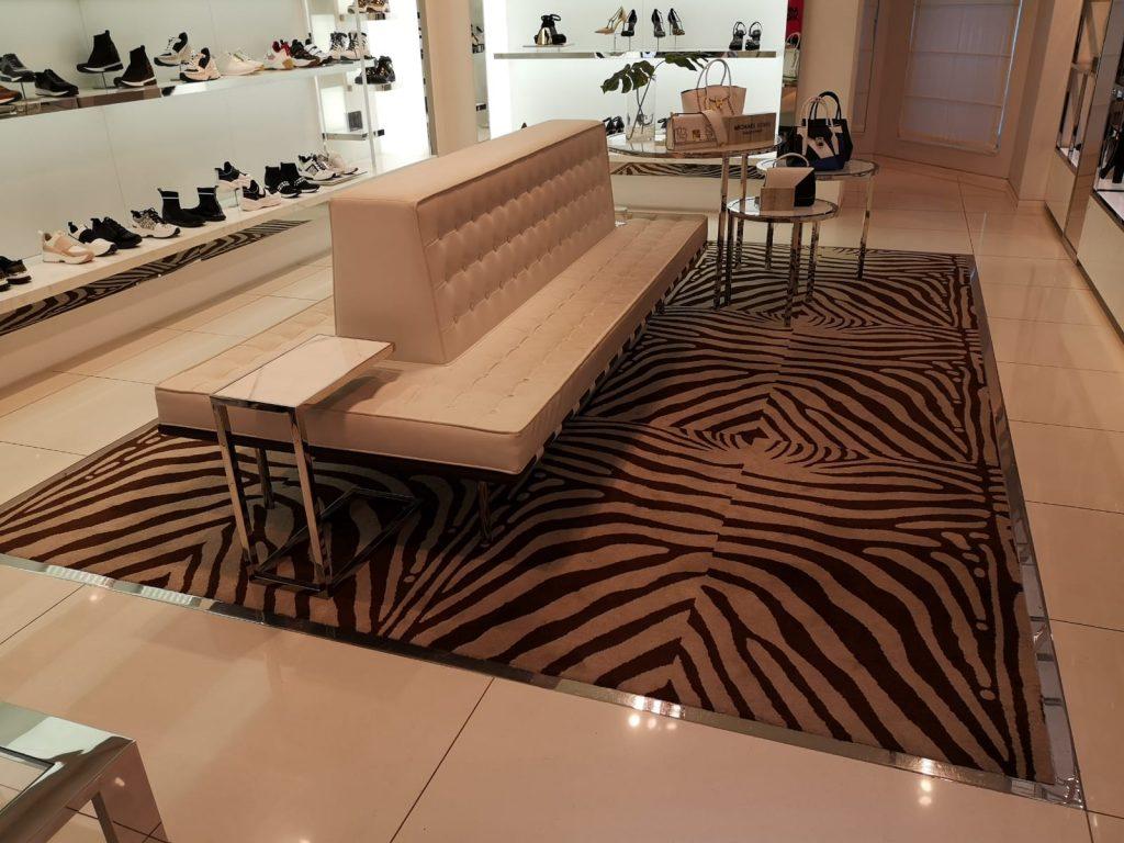 Hochwertige Sitzecke mit Teppich im Schuhladen von HanPro.de